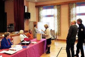Det blev sluten omröstning både om kommunfullmäktiges ordförande och 1:e vice ordförande. Mi Bringaas som inledningsvis ledde sammanträdet övervakar hur rösträknarna Katarina Rosberg (S) och Håkan Larsson (C) tar emot rösten från kommunstyrelsens ordförande Maria Söderberg (C). Karin Wallén (C) väntar på sin tur.