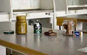 Allt man borde behöva för att göra egna marschaller med doft av Söderhamns skärgård. Råtallolja, övergiven ölburk, braständare som veke (dom provade vi aldrig) och vekar av tändvätskad porös board.