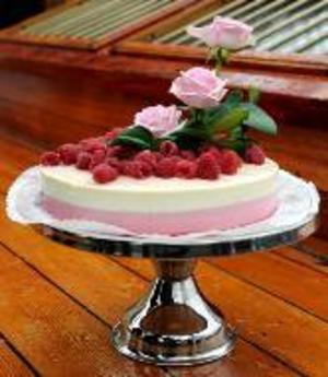 Vem vill inte bli uppvaktad med en läcker tårta på namns- eller födelsedagen? Den här kallas Madeleinetårta och gjordes till prinsessans 27-årsdag.Foto: Scanpix