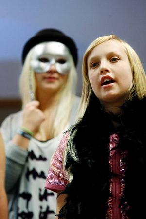 """Solisten Ylva Ek går i sexan på Friggaskolan. Hon klättrar lekande lätt upp till ett trestruket C i """"La voix"""" som blir konsertens slutnummer. """"Nervöst? Nej, inte direkt. Jag är ganska van att uppträda"""", säger hon."""