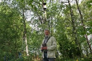 Ornitologen Mats Forslund har räknat starar i 23 år. 40 procent av holkarna står numera tomma.