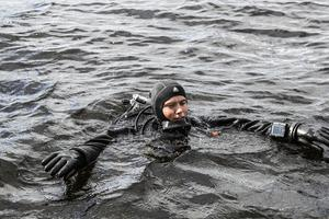 Dykaren Björn Jakobsson från Gävle är på väg ner för att söka efter klockan.