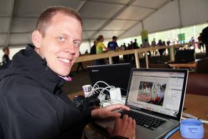 Martin Hammarberg i presstältet på O-ringen. Utöver jobbet som grafiker jobbar han även med att skriva nyheter till O-ringens hemsida.