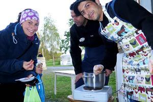 """Maria Fröberg från Odensala och hennes tvåårige son Emil Fröberg provade """"morotshalwan"""" gjord på morötter, socker, rapsolja och kardemumma som Qadir Zakery och Amanullah Nazary från Afghanistan hade lagat till."""
