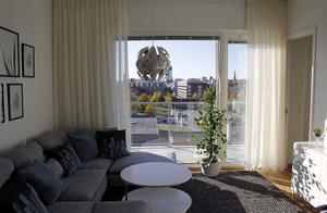 En tvåa på våning sex med stora fönster och god utsikt mot centrum.