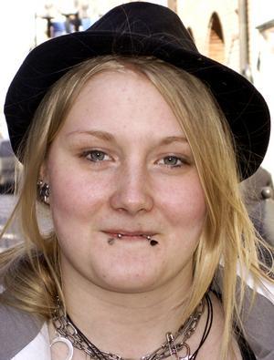 Elinda Wiklander, 16 år, Hotagen:– Nej, men jag har käkat glass under vintern. Nu när du pratar om glass så blev jag sugen. Chokladglass är godast.