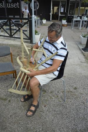 Bengt Aldén tog med en stol som funnits med sedan hans hus byggdes 1935. Den har tidigare stått längst in i källaren och nu får den leva upp igen i restaurangmiljö.