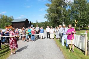 Under högtidliga former invigdes den nya pilgrimsleden, här klippte Pirjo Rydén och Tuulikki Koivunen Bylund bandet.