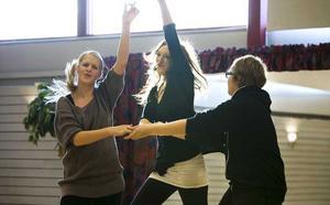 Dansskolan Marionetterna visar upp dubbelbugg med eleverna Anna Johansson, Isabelle Karlsson och Douglas Rönnberg. Foto: Margareta Andersson
