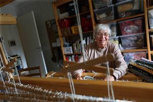 Vävstolen hemma i lägenheten i Skogsbo fick Elsa av sina släktingar på sin 50-årsdag. Än i dag, snart 35 år senare väver hon fortfarande bland annat vackra trasmattor i den.