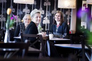 Den 28 juli bjuder bland annat den här trion in till Hatverksnatta i Bollnäs med omnejd. Från vänster sitter Inger Malmström, Tove Larsson och Anny Jernberg.