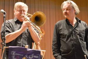 Jens Jesse Lindgren i ett intensivt trombonsolo och Ragnar Tretow med vilande trumpet.