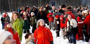 Hundratals barn och vuxna hade samlats ute på Mjälle för att vänta på tomtarna från ovan.