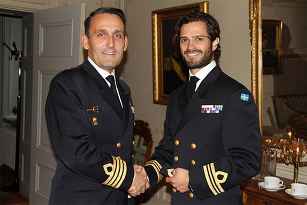 Prins Carl Philip och överste Peder Ohlsson, chef för Amfibieregementet, vid ceremonin på Berga.
