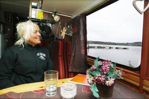 Kan man ha bättre strandtomt än så här? Marie och Tommy har ställt sin buss några meter från vattnet.