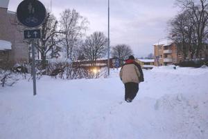 får pulsa. Det har varit svårt att ta sig fram i Tierp de senaste dagarna. Men i dag startar snöröjningen. Trottoarer och cykelbanor ska rensas från snö.