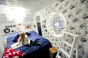 Från början bodde Alicia i en omgjord vindsgarderob. Numera har hon både sovrum och tv-rum och i väggen mellan dem sitter en raffig Ikea-lampa.