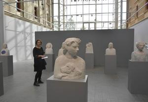 Camilla Bergman bland sina många skulpturer i utställningen