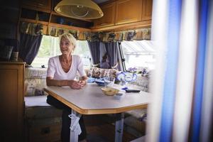 Ing-Marie Ryman väntar på att maken Rolf ska komma hem med regnbåge från Långbryggan, och att barn och barnbarn ska komma från Ockelbo och Gävle. En väntan hon fyller med att feja och njuta att campinglivets enkelhet.