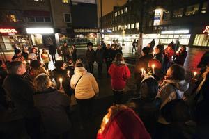 """EARTH HOUR. 20.30 på lördagskvällen slocknade en del av skyltarna runt Stortorget i Gävle. Ett 60-tal personer samlades i manifestationen av Earth Hour i Gävle. """"Det är ett sätt att visa varandra att vi bryr oss om vårt framtida klimat och vår miljö"""", sa Bodil Dürebrandt, hållbarhetssamordnare i Gävle kommun."""
