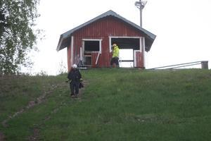 Vid 21-tiden inkom larmet om att det brann i startstugan i toppen på Åsbobacken.