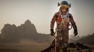 Ensam på Mars får astronauten Mark Watney (Matt Damon) kämpa för sin överlevnad i underhållande