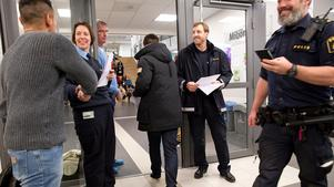 Polis- och kommunrepresentanter välkomnade de boende till mötet i måndags. Efter mötet är de nöjda med vad som sades.