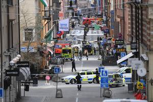 STOCKHOLM 20170407En kapad lastbil har rammat en samling människor på Drottninggatan i centrala Stockholm. Minst tre människor är döda och ytterligare åtta är skadade.