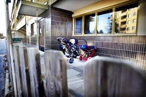 På Kasköplan 2, Håsta, ligger Regnbågens förskola. Där går barn i åldrarna 1-2 år.