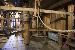 Drottningholmsteaterns scenmaskineri som är konstruerat av trä och styrs med spakar och rep är det bäst bevarade i världen.