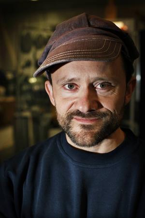 Petter Berndalen har tidigare bland annat även skrivit och framfört en konsert på lampor.