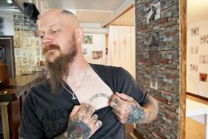 Efter en blöt kväll i Stockholm hade både Tomas och en nära vän ordet Potatisbröder tatuerat på bröstet.