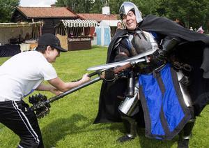 2000-talskillen Daniel Bakestani med sitt svärd utkämpade en kamp med 1200-talsriddaren Robin Jansson med sin spikklubba. Lugn, vapnen var av latex, men det small rejält ändå!