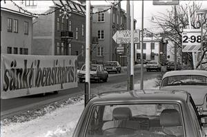 Sänkt bensinpris! Så står det på banderollen vid Kristinavägen. Men något priskrig är inte under uppsegling, försäkrar man. Foto: Bergslagspostens arkiv/Lindesbergs kulturhistoriska arkiv