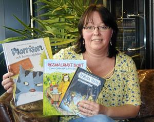 Sanna Juhlin med några av sina andra barnböcker.