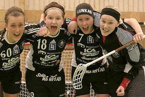 Madelene Backlund, Frida Lans, Helena Lundqvist och Frida Färnqvist jublar efter segern borta mot Telge. Foto: Mikael Stenkvist