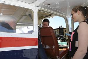 Leah Dahl och Aron Andersson tar plats i cockpit för en flygtur.