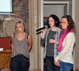 Felicia Andrén och IdaLisa Wiik besökte fullmäktiges ledamöter tillsammans med sin handledare Yvonne Nyberg för att informera politikerna direkt om vad de kommit fram till i projekt