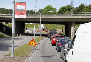 Trafiken på Köpmangatan i Timrå leds förbi arbetsplatsen med hjälp av signaler.