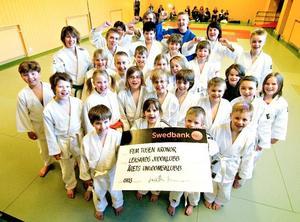 Imponerande. Leksands Judoklubb har bara tre år på nacken men redan aktiviteter för ett 80-tal ungdomar. Här syns en del av nybörjarna.