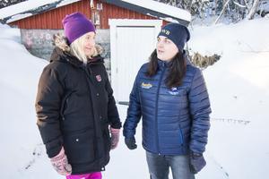 Marianne Jansson och Paulina Wennerlund, ordförande respektive sekreterare i Hede vattensamfällighetsförening, framför föreningens pumphus i Hede.