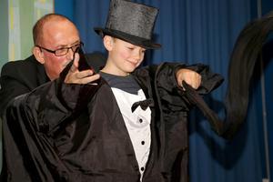 Trollkarlen Willardo fick hjälp av Sixten på scenen.