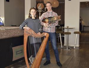 Catriona McKay och Olov Johansson med sina två varianter på temat harpa. Tisdag och onsdag kväll kan man höra dem i Sundsvall.