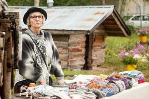 Berit Lindberg vid sitt stånd med fantastiskt vackra stickade strumpor. Vilket hantverk!