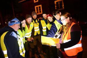 En grupp av frivilliga från Missing people har genomgång på Norra berget innan de ger sig ut för att leta.
