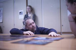Jens Olof Lasthein delade med sig av sina tankar om fotografielevernas bilder.