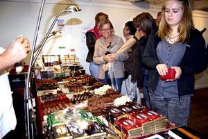 Mums. Det vattnades i munnen på många chokladälskare som igår besökte Hamnmagasinet i Askersund. Praliner låg uppradade i långa rader. Choklad med hallonsmak trängdes med olika praliner med likör i.