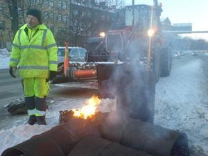 Cirka en meter tjäle råder i centrala Örebro. För att kunna laga trafikljusen behöver man elda tjälen ur marken.