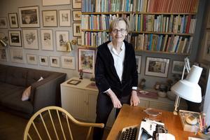 Astrid Lindgrens dotter Karin Nyman visar runt i barnboksförfattarens hem på Dalagatan 46 i Stockholm. Från och med 18 november hålls regelbundna guidade visningar i lägenheten.