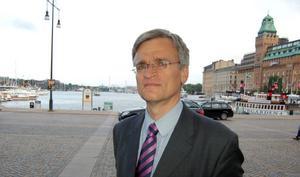 I september tar Peter Semneby över som svensk ambassadör i Afghanistan. Just när han I Stockholm med dagar fyllda av möten och sammanträden inför resan till Kabul.